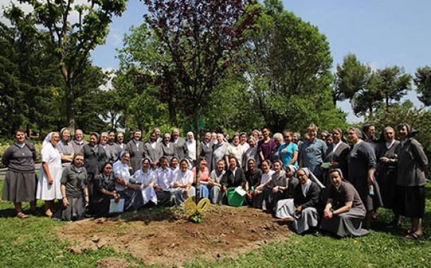 Trồng cây nhân dịp kỷ niệm 50 năm thành lập nhà Mẹ