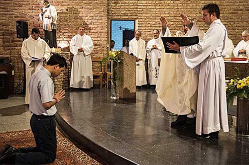 Tư giáo Đaminh Trần Đức Thành, nhà truyền giáo Salêdiêng Việt Nam tuyên khấn trọn đời tại Uruguay