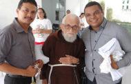 Những cử chỉ đơn sơ của Cha Roberto de Maracanaú làm
