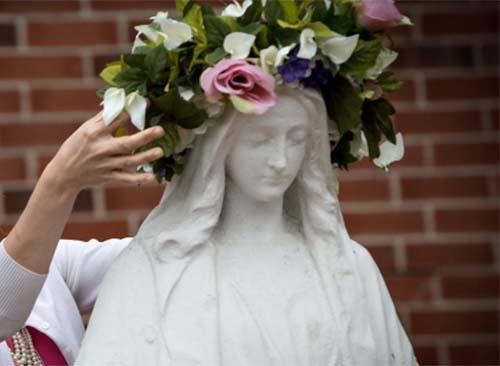 Truyền thống ấm áp này trong tháng 5 sẽ giúp các trẻ em thêm lòng yêu mến Đức Mẹ