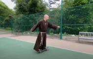 Vị linh mục trượt ván với